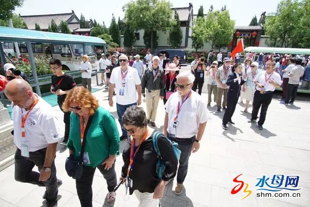 首届世界老年旅游大会精彩启幕 世界各国老人欢聚南山