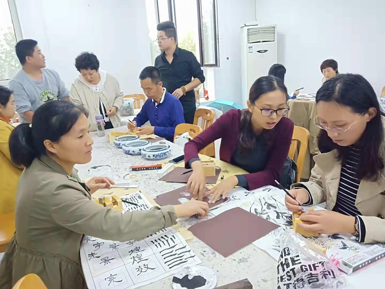 一节课就回到旧石器时代——甲骨文老师潘辉林教授篆刻技术